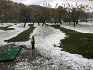 初雪!10日も早くないか?まだ18日だと言うのに…午前中には溶けると思いますがコースはなんとか整備してます!プレーはできます!